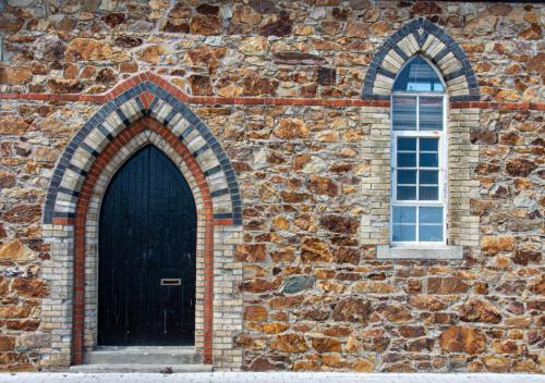 Natursteintür und Fenster
