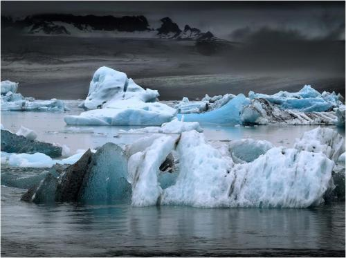 Dark_sky_over_the_ice_lake